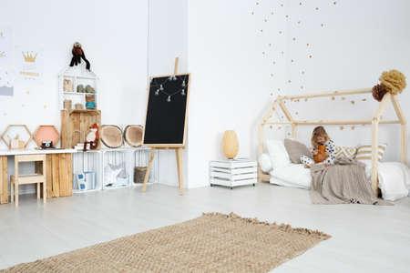 수제 장난감과 가구가있는 넓은 흰색 소녀 방
