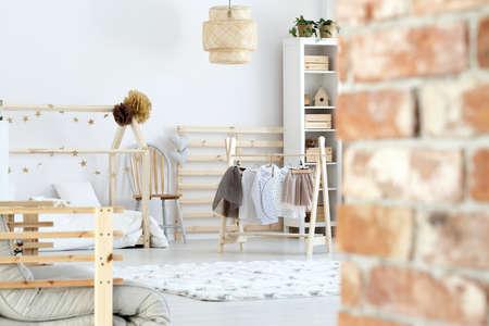 흰색과 나무 스칸디나비아 소녀의 방에서 소박한 벽돌 벽 스톡 콘텐츠
