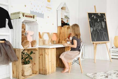 Ethereal clean girl's room met DIY bureau en planken Stockfoto