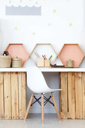 Gemütlicher Arbeitsraum mit hölzernem DIY Schreibtisch und natürlichem Zubehör Standard-Bild - 81688065