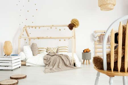 Gezellige meid slaapkamer in Scandinavische stijl met diy accessoires