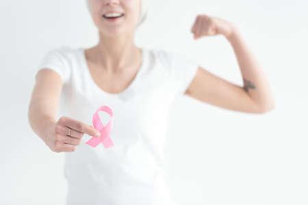 신실한 여자 유방암으로 싸울 준비