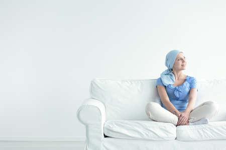 종양학 치료의 부작용을 다루는 용감한 여성