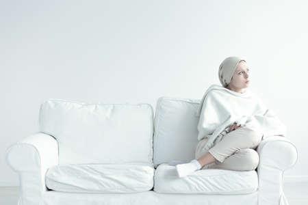 Frau schwach und in Schmerzen nach Chemotherapie Standard-Bild