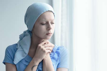 がんの既婚女性が癒しの奇跡を忠実に祈る 写真素材