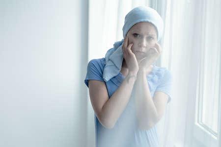 Donna in ospedale avendo duro tempo durante il trattamento del cancro Archivio Fotografico - 81519223