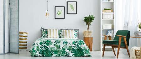 Gezellige volledig ingerichte slaapkamer met plantaardig patroon