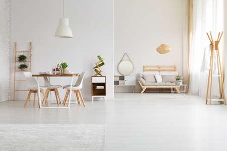 Piso moderno y elegante con gran espacio abierto Foto de archivo - 81515383