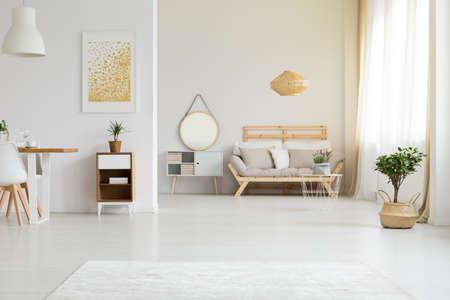 Modern meubilair in retrostijl in een licht, eco-appartement