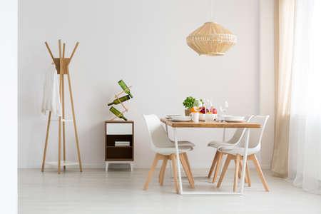 현대적이고 최소한의 밝은 스튜디오에서 식사 공간 스톡 콘텐츠