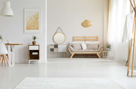 Luz del sol en blanco y espaciosa sala de estar Foto de archivo - 82159350
