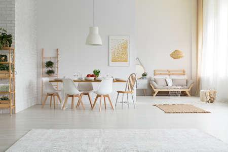 Comedor amplio y sencillo con muebles modernos. Foto de archivo - 81515175