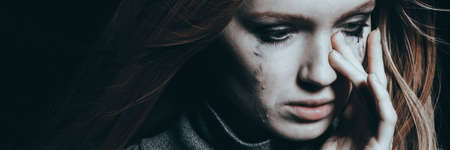 홀로 우는 정신 장애를 가진 우울한 젊은 여성