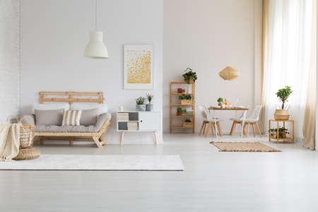 Blanco, moderno espacio abierto con muebles de madera. Foto de archivo - 82159364
