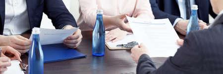 채용 검토 중 테이블에 서있는 물병 스톡 콘텐츠