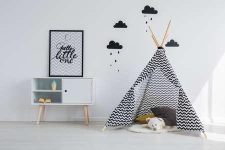흑백 아이 방에 Tipi 텐트