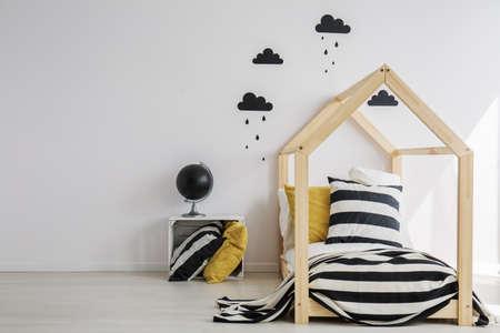 スタイリッシュな最小限の子供部屋の単色の装飾