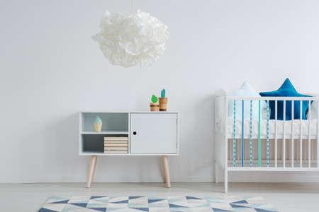 白、青、青緑色の甘い子供部屋