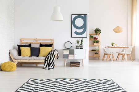 Elegante espacio loft con accesorios de lujo y muebles modernos Foto de archivo - 82159367