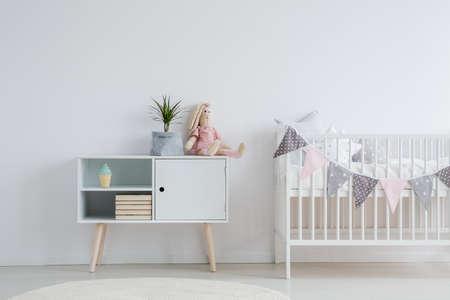 아기 방을위한 백색, 북유럽 가구 세트 스톡 콘텐츠