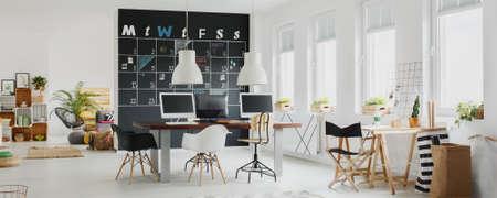 Zwart en wit modern kantoor met kalender op een schoolbord Stockfoto