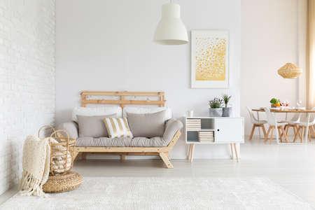 ホワイト、ベージュとゴールドの家具、リビング ルームの装飾 写真素材