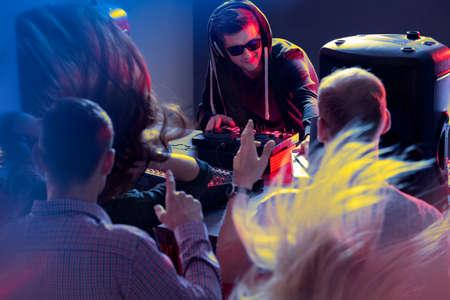 幸せな若い DJ クラブで人々 のプレー