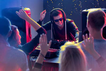 電子音楽にクラブで踊る幸せな人