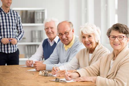 행복 한 노인들의 그룹 및 사진에서 그들의 가정교사