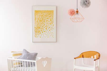 Een affiche en toebehoren gouden accentendecor in pasgeboren ruimte
