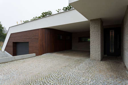 현대 디자인 집에 큰 포장 입구