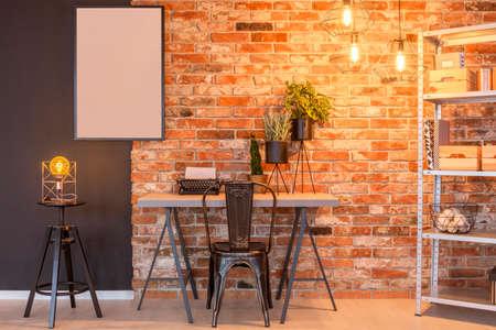Model mockup met zwarte lijst in industrieel vintage loft appartement Stockfoto - 81610976