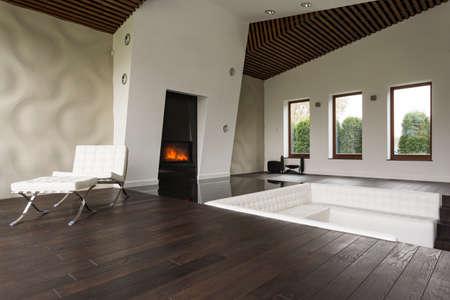 Up-to-date inrichting van woonkamer met fancy witte bank in de vloer