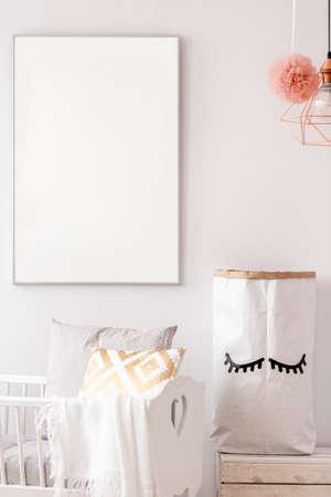 Baby kwekerij met witte poster mockup en opslag papieren zak