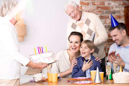 Großmutter, die Geburtstagsfeier ihres Enkels Geburtstagskuchen holt Standard-Bild - 81726289