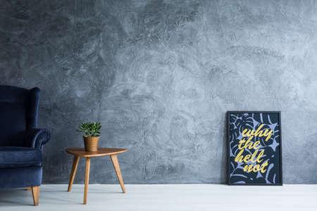 Póster motivacional en pared oscura y elegante conjunto de muebles. Foto de archivo - 81726209