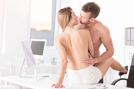 81861871-apasionados-amantes-del-trabajo-durante-los-momentos-sexuales-en-el-escritorio.jpg?ver=6