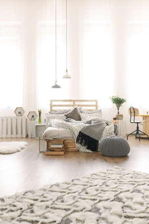 Chambre Lumineuse Avec Lit De Palette De Bricolage, Lampe, Moquette ...