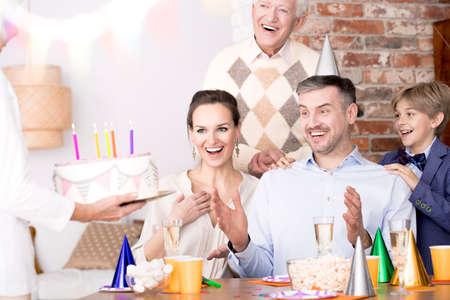 L & # 39 ; uomo sorpreso da vedere una torta di compleanno in una festa Archivio Fotografico - 81726239