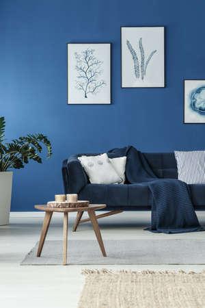 Stijlvolle kamer met retro sofa en blauwe muur