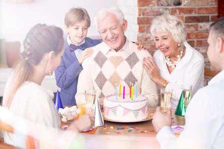 Glückliche Familie, die die Geburtstagsfeier des Großvaters feiert Standard-Bild - 81726174