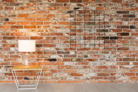 Negro, organizador de la parrilla en la pared de ladrillo Foto de archivo - 81726180