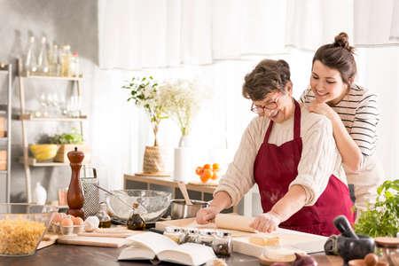 Gelukkige oma en kleindochter samen bakken Stockfoto