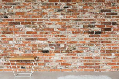 Mesa de centro simple y moderna en pared de ladrillo Foto de archivo - 81726359