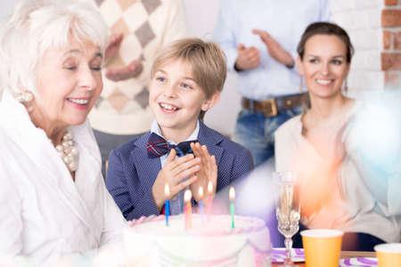 Famiglia felice divertirsi e festeggiare il compleanno della nonna Archivio Fotografico - 81721618
