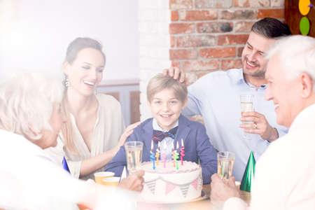 Glückliche Familie feiert Geburtstag des kleinen Jungen Standard-Bild - 81726360