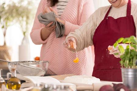 Vrouwen bereiden traditionele deeg voor pizza, close-up