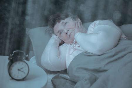 Dame plus âgée souffrant d'insomnie essaie de dormir Banque d'images - 81873354