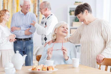 昔の話 2 つの幸せな高齢女性 写真素材