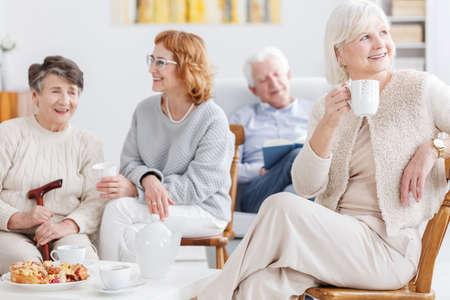 高齢者女性シニア クラブで友人と彼女のコーヒー タイムに